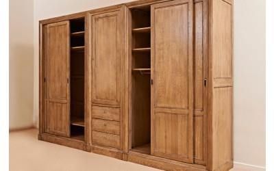 Šatní skříň z masivu s posuvnými dveřmi