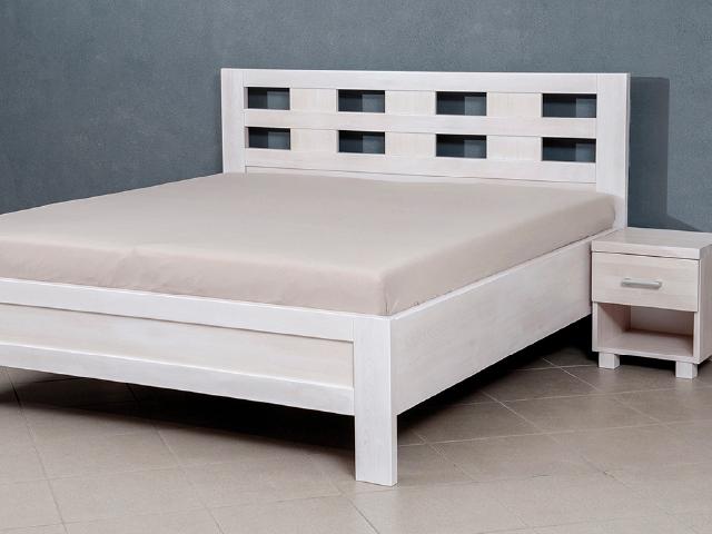 bílá manželská postel