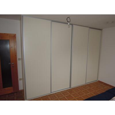 Bílá vestavěná skříň