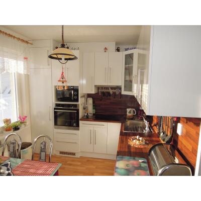 Bílá lesklá kuchyň na míru