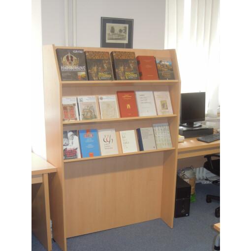 Knihovní regál