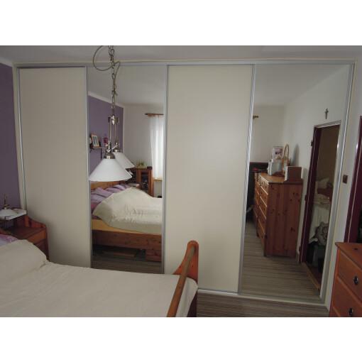 Vestavěná skříň se zrcadlem