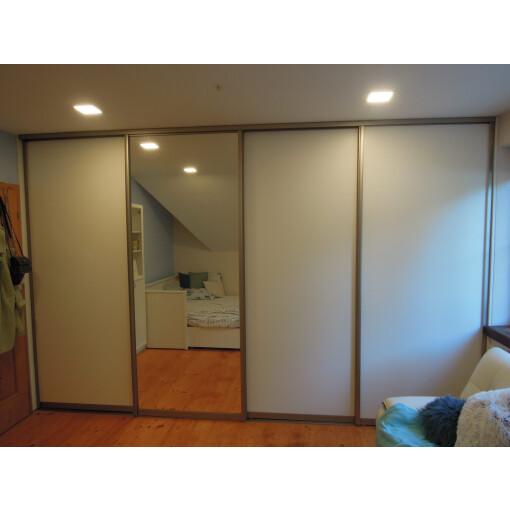 Vestavěná skříň se zrcadlem posuvné dveře